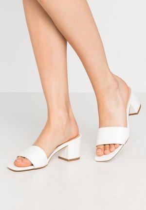 ALL DAY HEEL - Pantofle na podpatku - white