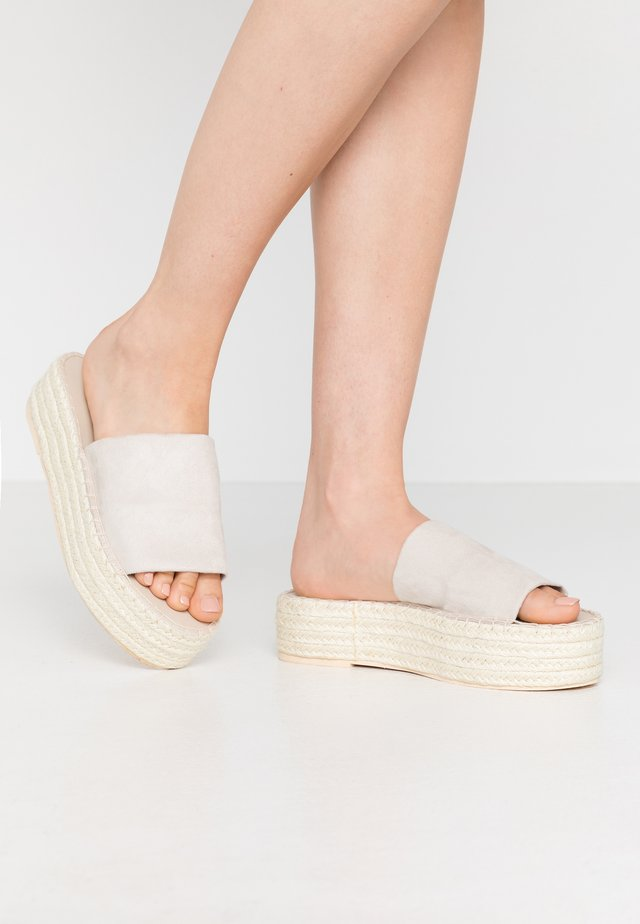 BRAIDED SLIP IN - Klapki - beige