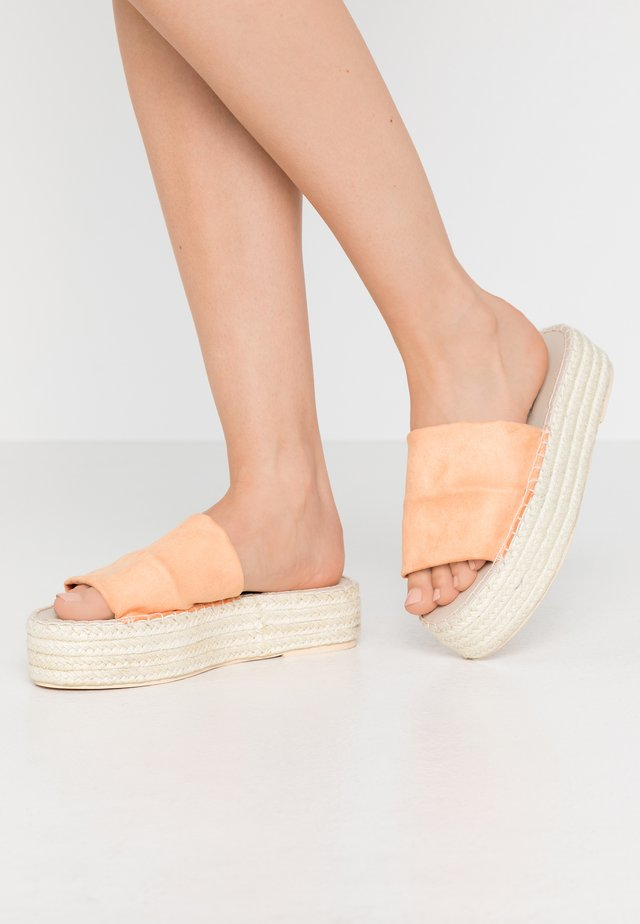 BRAIDED SLIP IN - Muiltjes met hak - orange