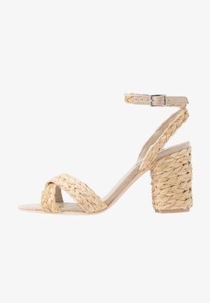 BRAIDED BLOCK HEEL  - Sandalen met hoge hak - natural