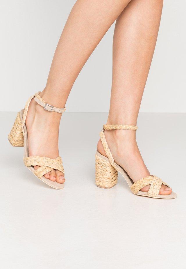 BRAIDED BLOCK HEEL  - High heeled sandals - natural