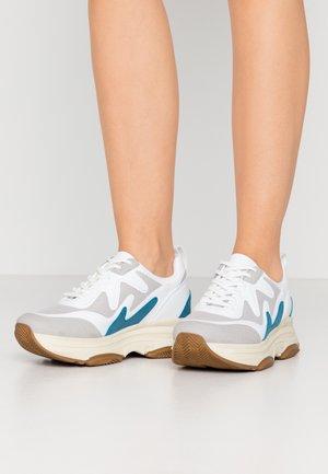 BRILLIANT SHARP  - Sneakersy niskie - white/blue