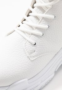 Nly by Nelly - HIGH SHAFT BOOT - Botines con cordones - white - 2