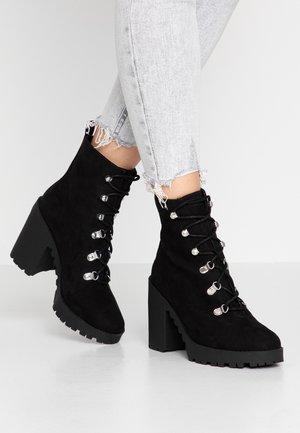 CHUNKY LACE UP BOOT - Kotníková obuv na vysokém podpatku - black
