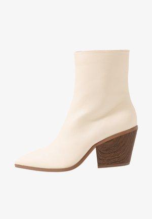 FLARED BLOCK HEEL BOOT - Bottines - beige