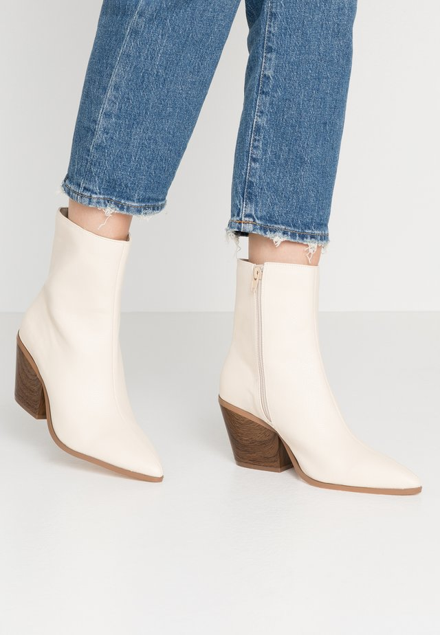 FLARED BLOCK HEEL BOOT - Botki - beige