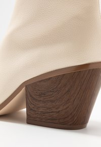 Nly by Nelly - FLARED BLOCK HEEL BOOT - Støvletter - beige - 2