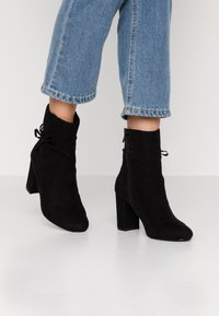 Nly by Nelly - STRAP DETAIL BOOT - High heeled ankle boots - black - 0