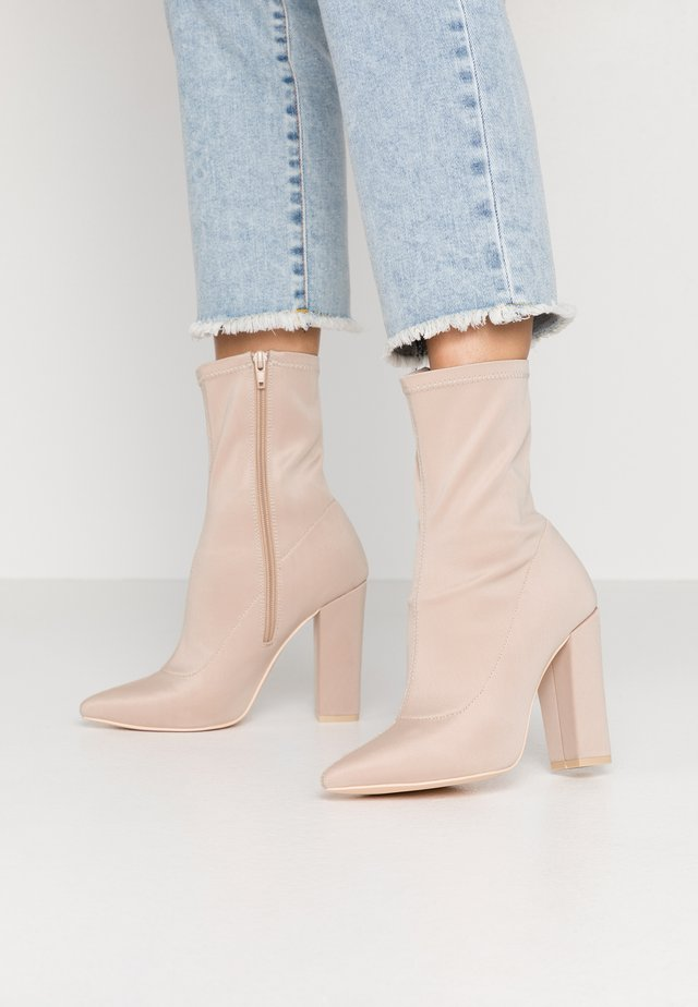 POINTY STRETCHY BOOT - Ankelboots med høye hæler - light beige