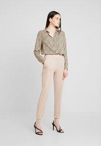 Nly by Nelly - DRESSED TAILORED PANTS - Broek - mushroom - 2