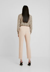 Nly by Nelly - DRESSED TAILORED PANTS - Broek - mushroom - 3