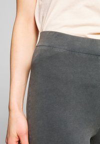 Nly by Nelly - WASHED OUT LEGGINGS - Kalhoty - off black - 4