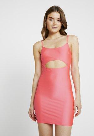 SO GLOSSY CUT DRESS - Pouzdrové šaty - pink