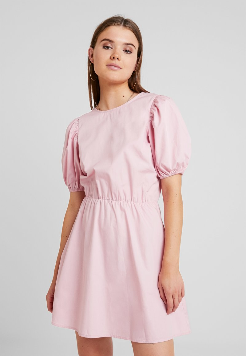 Nly by Nelly - EVERYDAY BACK FOCUS DRESS - Freizeitkleid - light pink