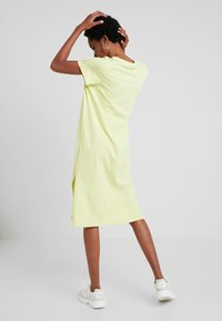 Nly by Nelly - LOVESOME SLIT TEE DRESS - Maxi šaty - lime - 2