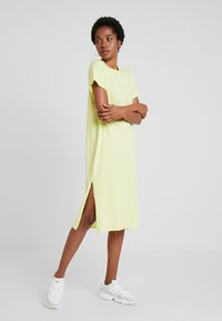 Nly by Nelly - LOVESOME SLIT TEE DRESS - Maxi šaty - lime - 1