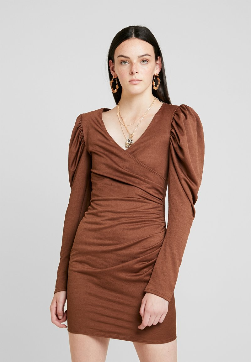 Nly by Nelly - STRUCTURED PUFF DRESS - Vestido de cóctel - brown