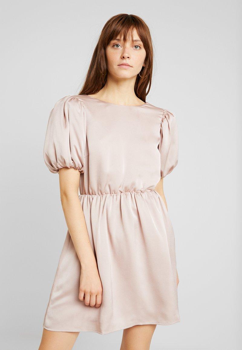 Nly by Nelly - VOLUME BACK FOCUS DRESS - Vestido de cóctel - light pink