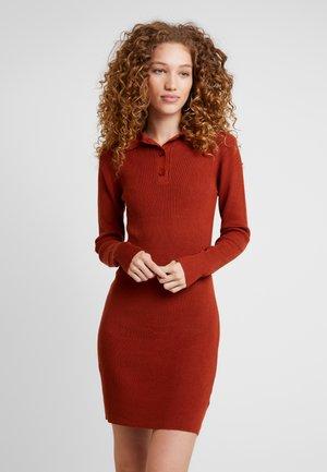 COLLAR DRESS - Robe fourreau - rust