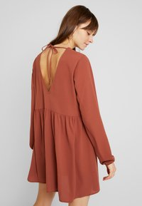 Nly by Nelly - DEEP BACK SHIFT DRESS - Vapaa-ajan mekko - brown - 3