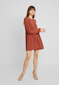 Nly by Nelly - DEEP BACK SHIFT DRESS - Vapaa-ajan mekko - brown - 2