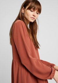 Nly by Nelly - DEEP BACK SHIFT DRESS - Vapaa-ajan mekko - brown - 4