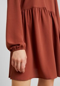 Nly by Nelly - DEEP BACK SHIFT DRESS - Vapaa-ajan mekko - brown - 7