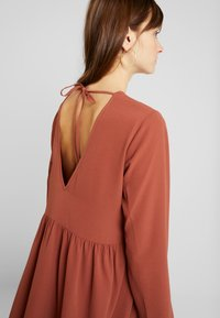 Nly by Nelly - DEEP BACK SHIFT DRESS - Vapaa-ajan mekko - brown - 5