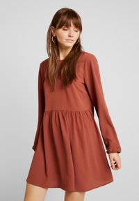 Nly by Nelly - DEEP BACK SHIFT DRESS - Vapaa-ajan mekko - brown - 0