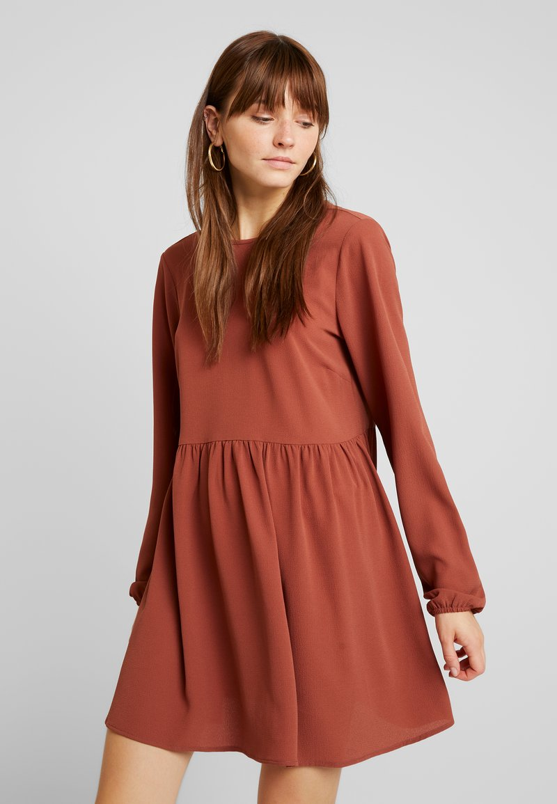 Nly by Nelly - DEEP BACK SHIFT DRESS - Vapaa-ajan mekko - brown