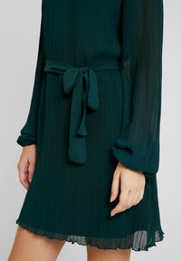 Nly by Nelly - BELTED STRUCTURE DRESS - Vardagsklänning - green - 5