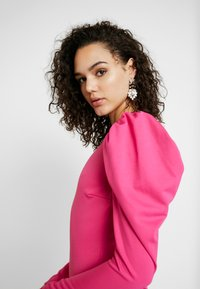 Nly by Nelly - OPEN BACK PUFF DRESS - Cocktailjurk - cerise - 5