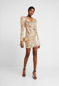 Nly by Nelly - PUFFY POWER SEQUIN DRESS - Cocktailkjole - gold - 1
