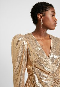 Nly by Nelly - PUFFY POWER SEQUIN DRESS - Cocktailkjole - gold - 3
