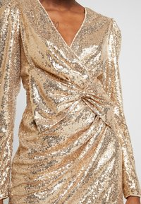 Nly by Nelly - PUFFY POWER SEQUIN DRESS - Cocktailkjole - gold - 5