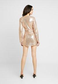 Nly by Nelly - WRAP SEQUIN DRESS - Koktejlové šaty/ šaty na párty - champagne - 2