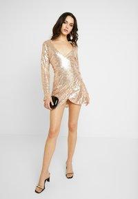 Nly by Nelly - WRAP SEQUIN DRESS - Koktejlové šaty/ šaty na párty - champagne - 1