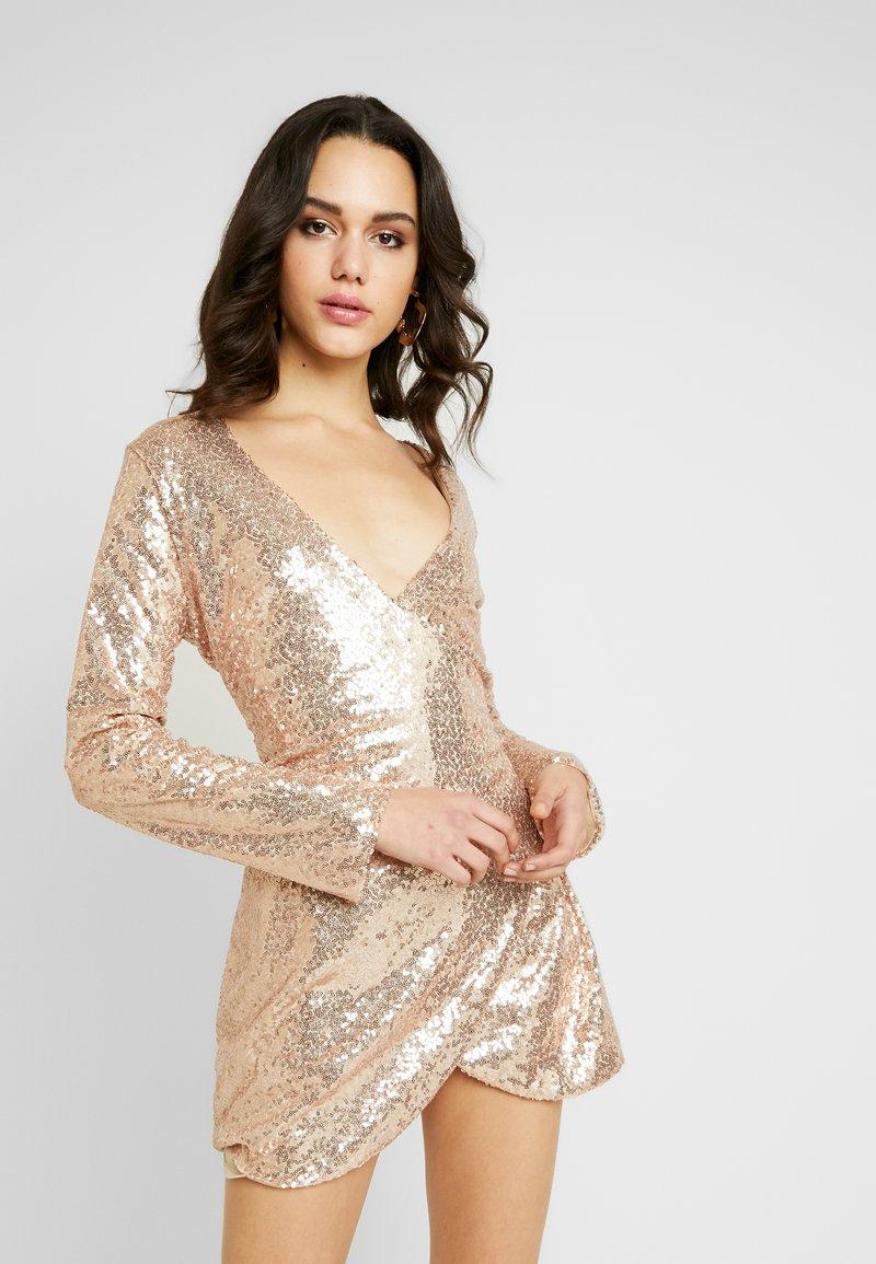 Nly by Nelly - WRAP SEQUIN DRESS - Koktejlové šaty/ šaty na párty - champagne