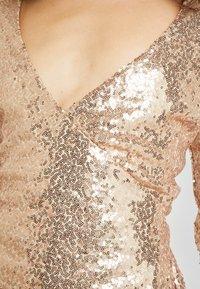 Nly by Nelly - WRAP SEQUIN DRESS - Koktejlové šaty/ šaty na párty - champagne - 5