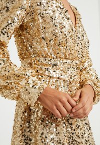 Nly by Nelly - PUFFY SLEEVE SEQUIN DRESS - Vestito elegante - gold - 4