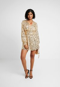 Nly by Nelly - PUFFY SLEEVE SEQUIN DRESS - Sukienka koktajlowa - gold - 1