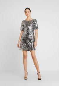 Nly by Nelly - SEQUIN SHIFT DRESS - Vestito elegante - silver - 2
