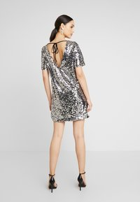 Nly by Nelly - SEQUIN SHIFT DRESS - Vestito elegante - silver - 3