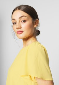 Nly by Nelly - FRILL PUFF SLEEVE DRESS - Robe d'été - light yellow - 4