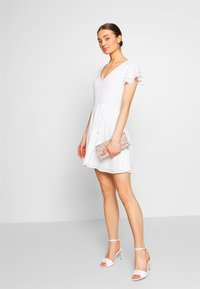Nly by Nelly - DOUBLE FLOUNCE SLEEVE DRESS - Robe de soirée - white - 1