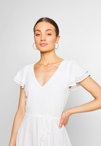 Nly by Nelly - DOUBLE FLOUNCE SLEEVE DRESS - Robe de soirée - white - 4