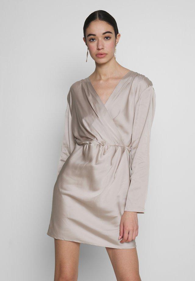 OUTSTANDING DRESS - Denní šaty - champagne