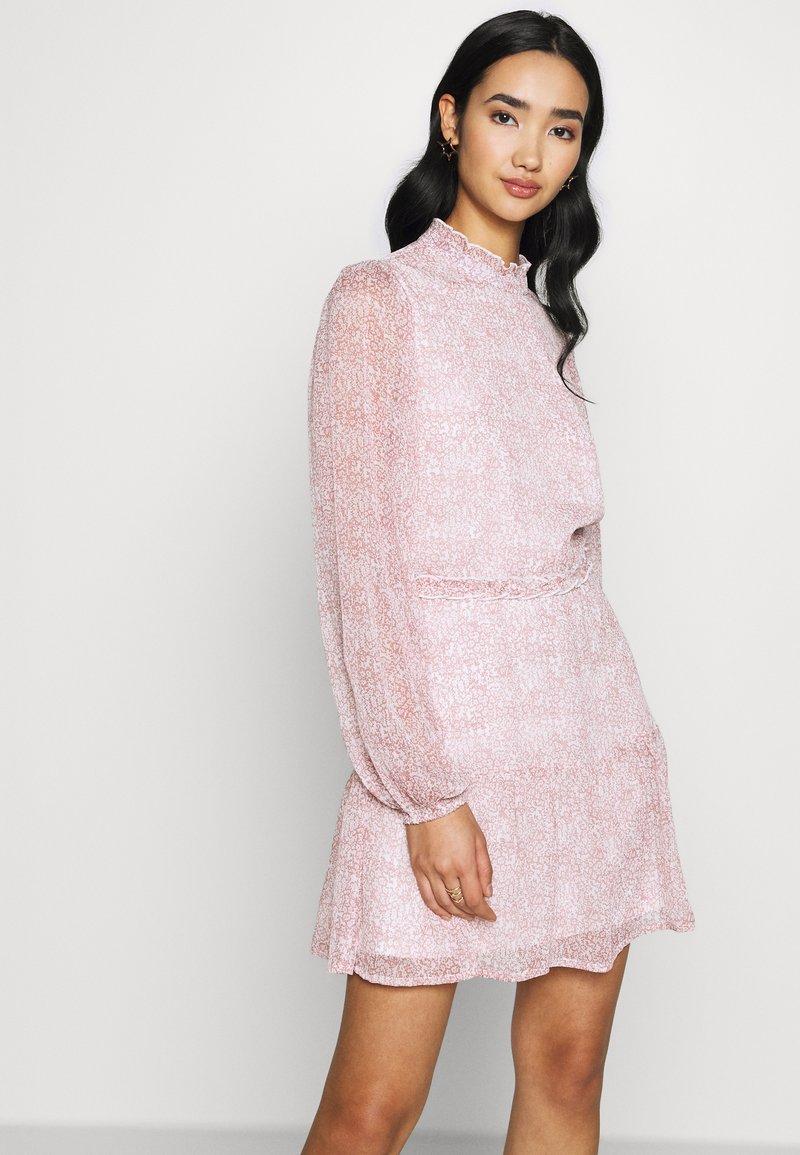 Nly by Nelly - VOLUME SLEEVE FRILL DRESS - Denní šaty - pink