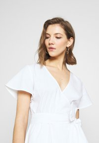 Nly by Nelly - WRAPPED FRILL DRESS - Kjole - white - 3