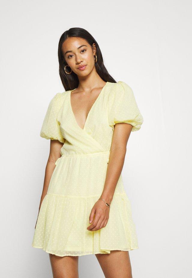 PUFF DOBBY DRESS - Denní šaty - light yellow